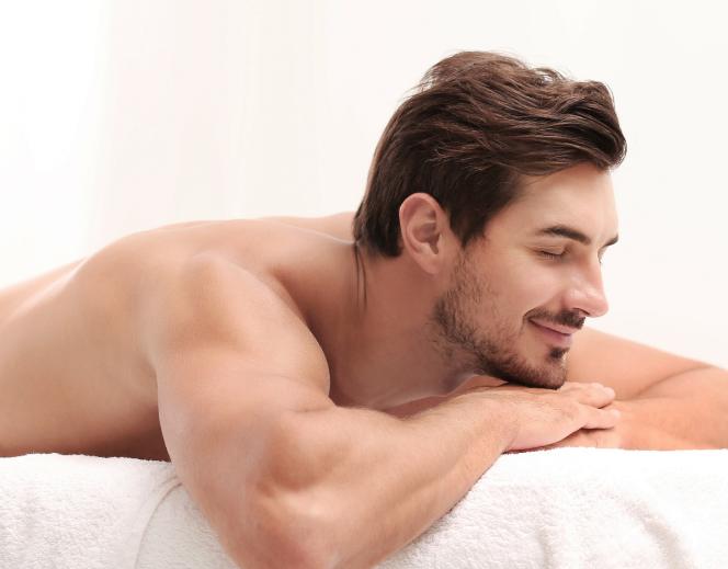 Uśmiechnięty mężczyzna w salonie kosmetycznym